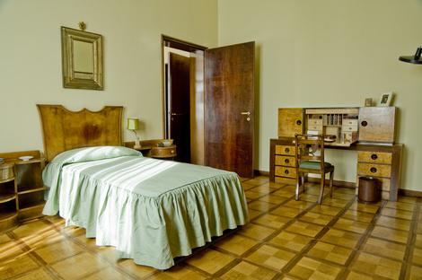 Приватные комнаты оформлены не так торжественно, как парадные залы, но геометрический рисунок паркета и лаконичные формы мебели остаются неизменными.