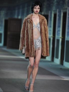 Бывшая сотрудница Louis Vuitton обвиняет бренд в сексизме и расизме