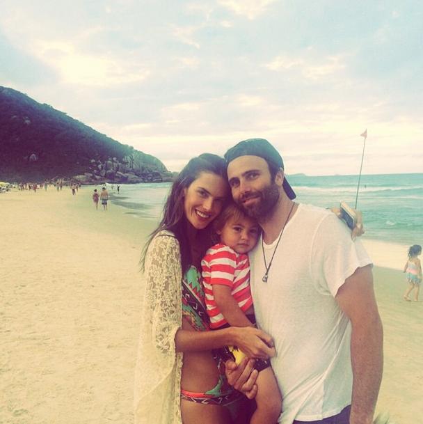 Алессандра Амбросио с мужем и сыном