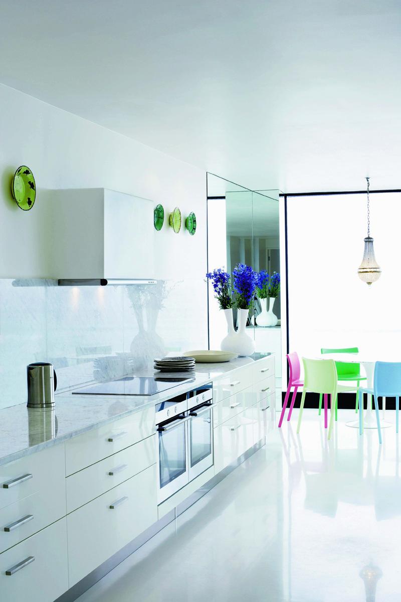 Стену кухни украшают тарелки, дизайн Хилтона Нела.