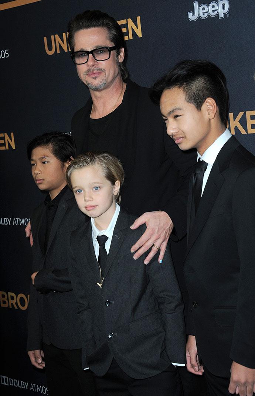 Брэд Питт с сыновьями Паксом и Мэддоксом и дочерью Шайло