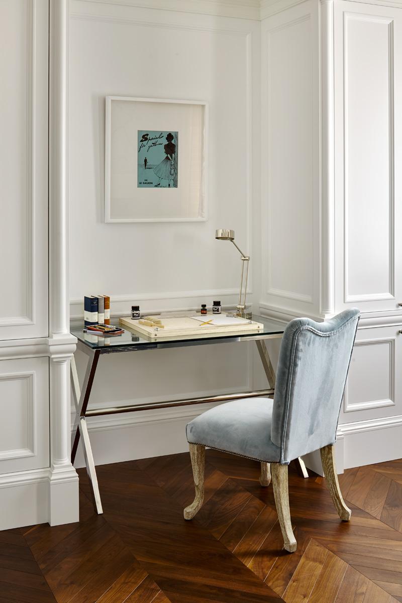Фрагмент спальни. Рабочий стол, Eichholtz. Стул, Julian Chichester. На стене — антикварная гравюра из серии «Парижская мода».