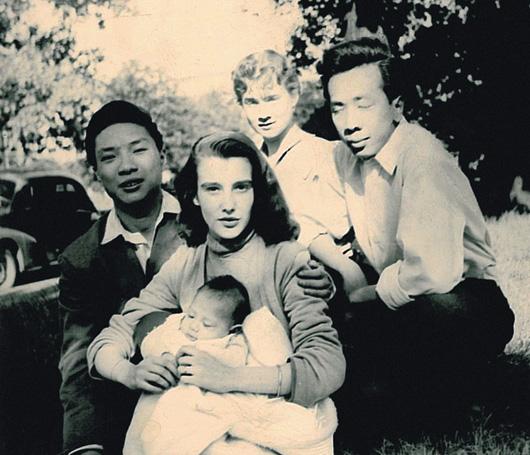 Фотография маленькой Барбары Бюи с родителями и братом