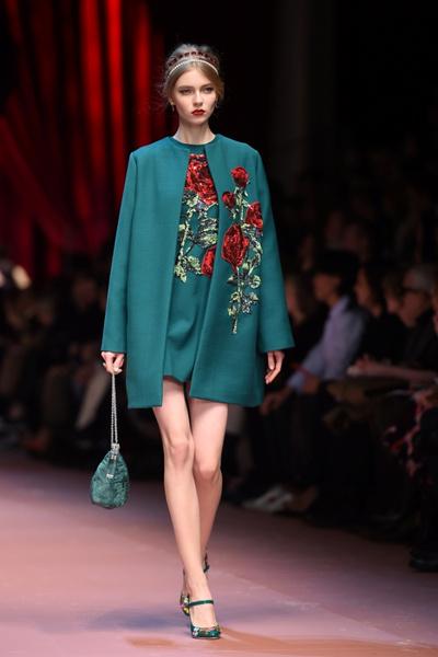 Дочки-матери: Dolce & Gabbana представили семейную коллекцию на Неделе моды в Милане | галерея [2] фото [11]