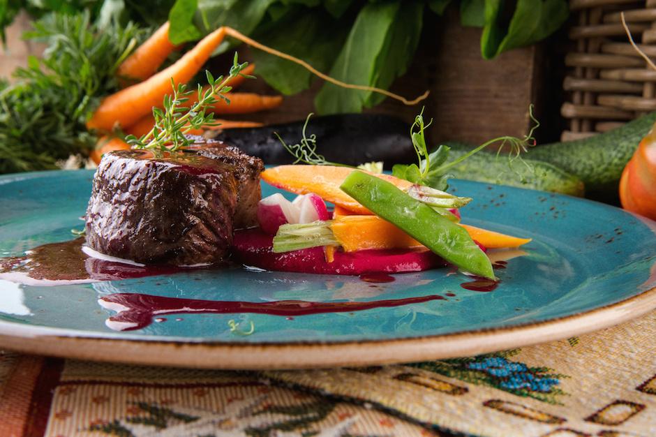 Оленина со свекольным муссом и терпким соусом из черной смородины