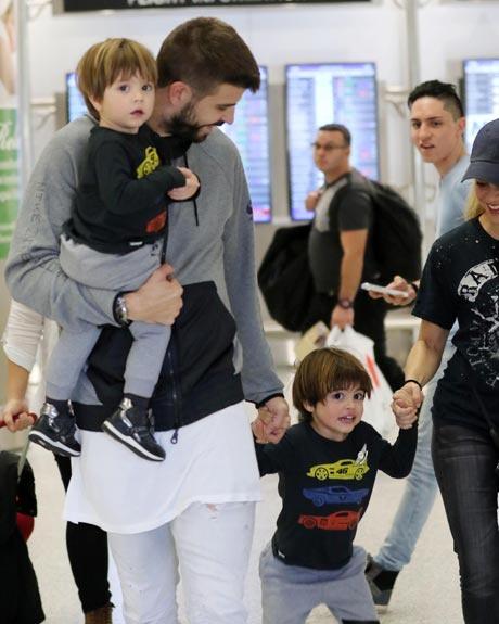 Шакира и Жерар Пике прилетели в Майами вместе с детьми