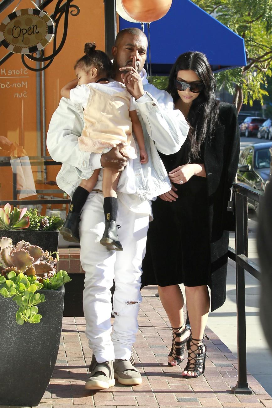 Ким Кардашьян и Канье Уэст с дочерью