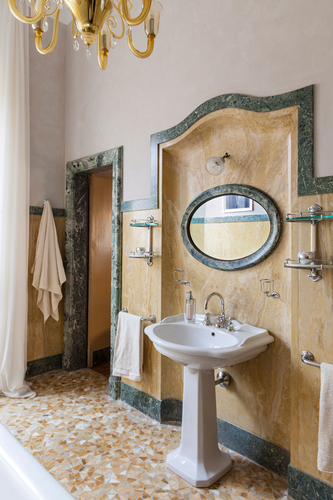 Обстановка ванной комнаты осталась неизменной со времен прежних хозяев, добавилась лишь люстра Ducale, Fendi Casa.