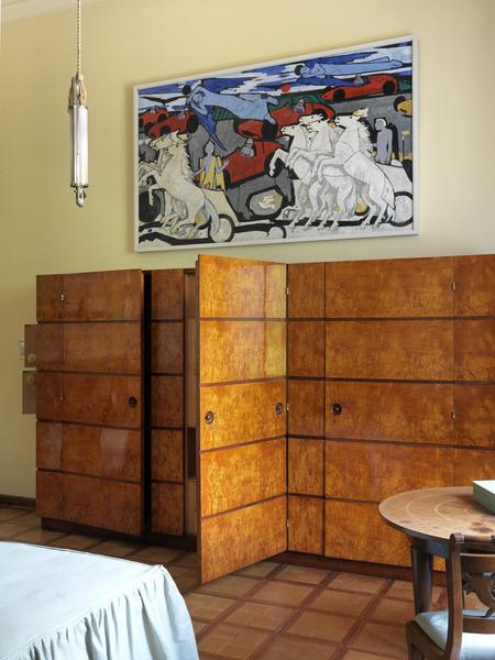 Шкафы в гардеробных, как и большая часть мебели в доме, сделаны по эскизам Порталуппи.