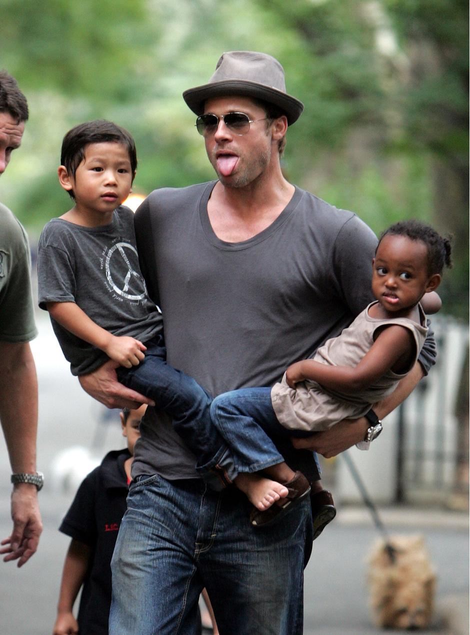 Брэд Питт с дочерью Захарой и сыном Паксом