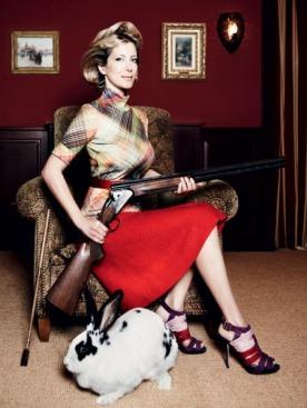 Водолазка, Marc Cain; шерстяная юбка и пояс, Chanel; замшевые босоножки, Dior
