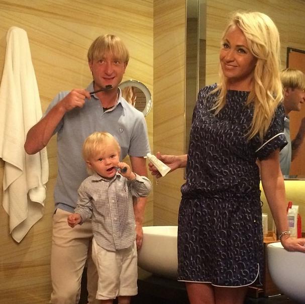 Семья во время съемок для рекламы зубной пасты