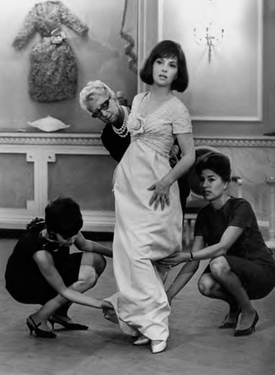 Джина Лолобриджида на примерке в лондонском бутике Dior, 1962 год