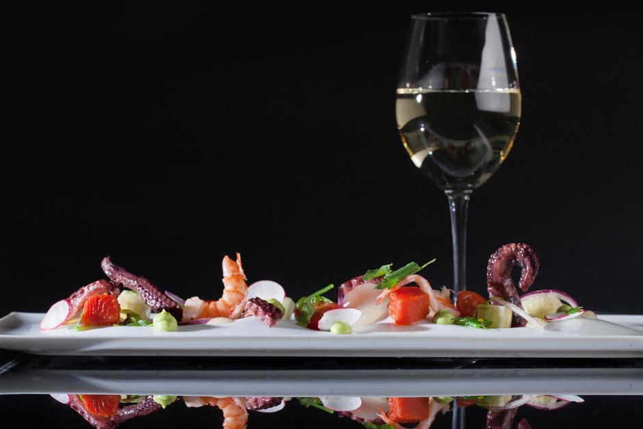 Маринованные морепродукты с водорослями и соусом из авокадо