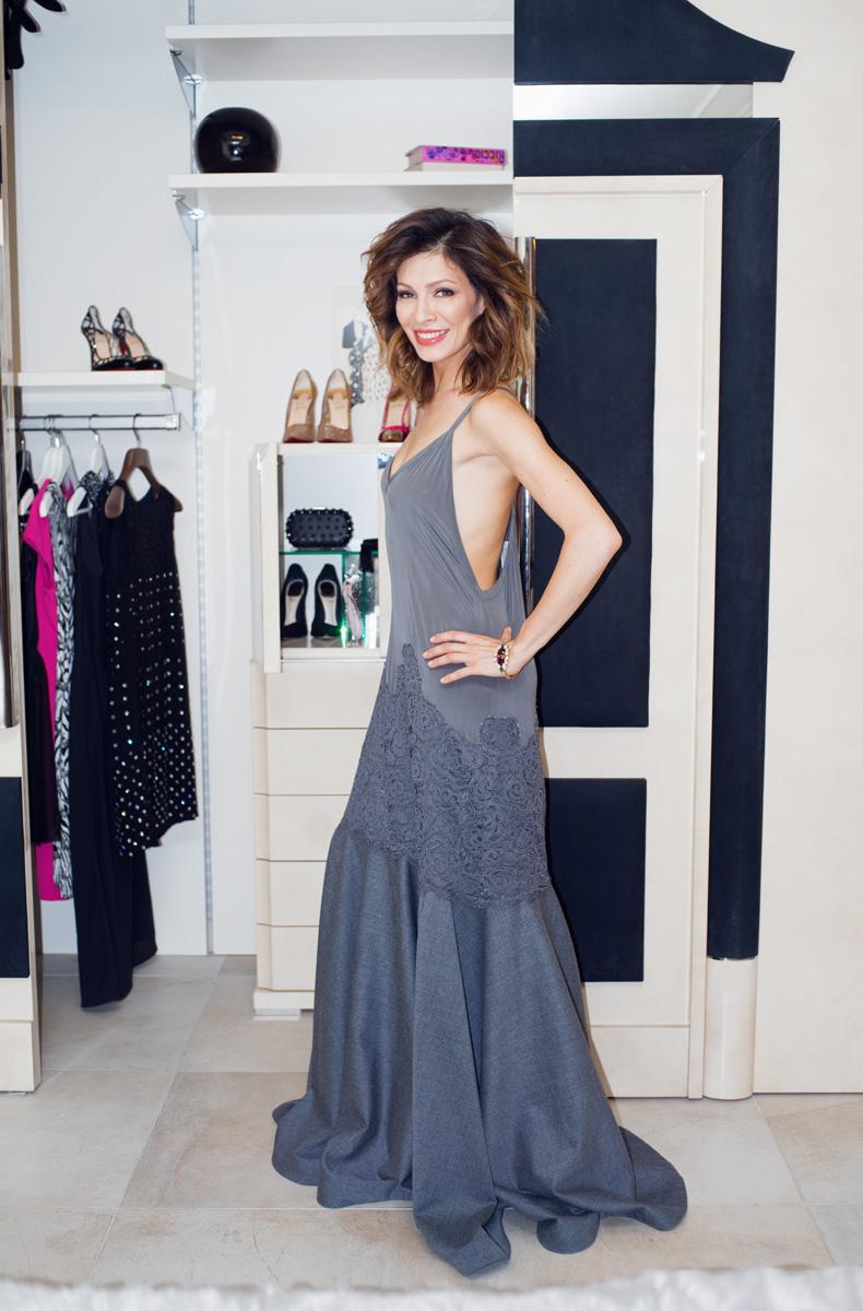 Платье, DKNY; браслет, Anton Heunis
