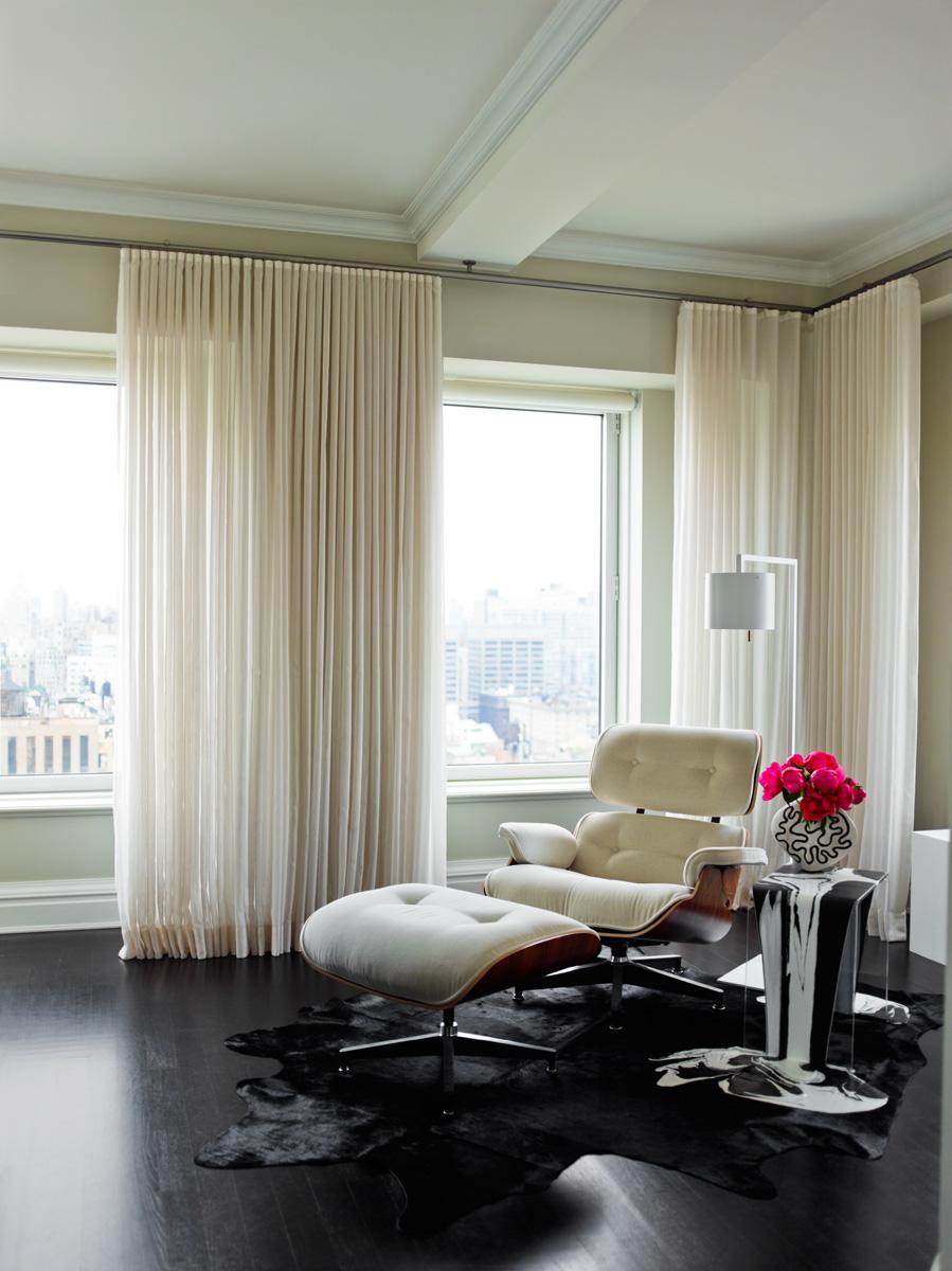 «Икона» американского дизайна — шезлонг Lounge Chair, дизайн Чарльза и Рэй Имс, Vitra, — один из немногих узнаваемых дизайнерских объектов в квартире.