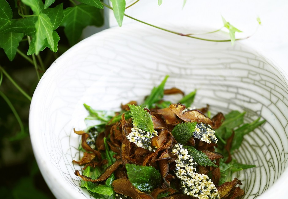 Хрустящие шиитаки с листьями салата, кунжутом и трюфельной заправкой