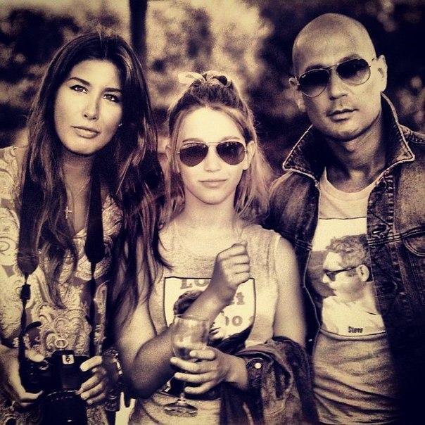Кэти Топурия с супругом и падчерицей