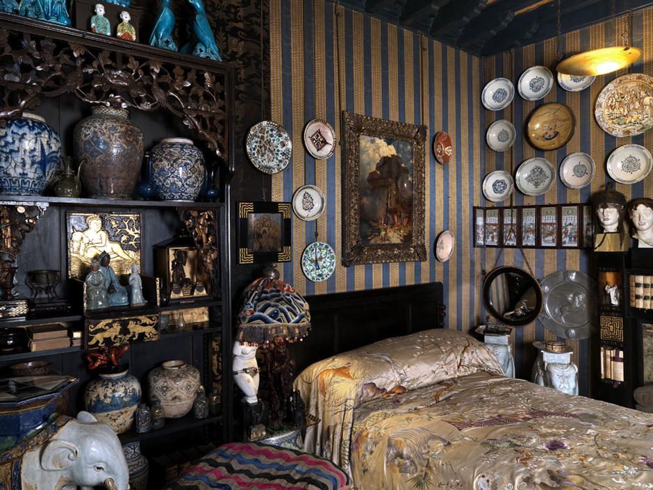 Спальня, известная как «Комната Леды». На кровати персидское шелковое покрывало — подарок бывшей жены поэта, Марии ди Галлезе.