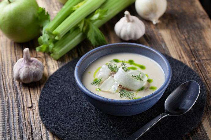 Крем-суп из корня сельдерея с яблочным чатни