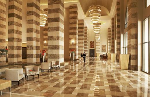 Холл отеля The St.Regis Doha выложен мрамором
