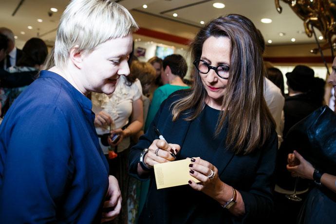 Кристина Нажель раздает автографы гостям мероприятия