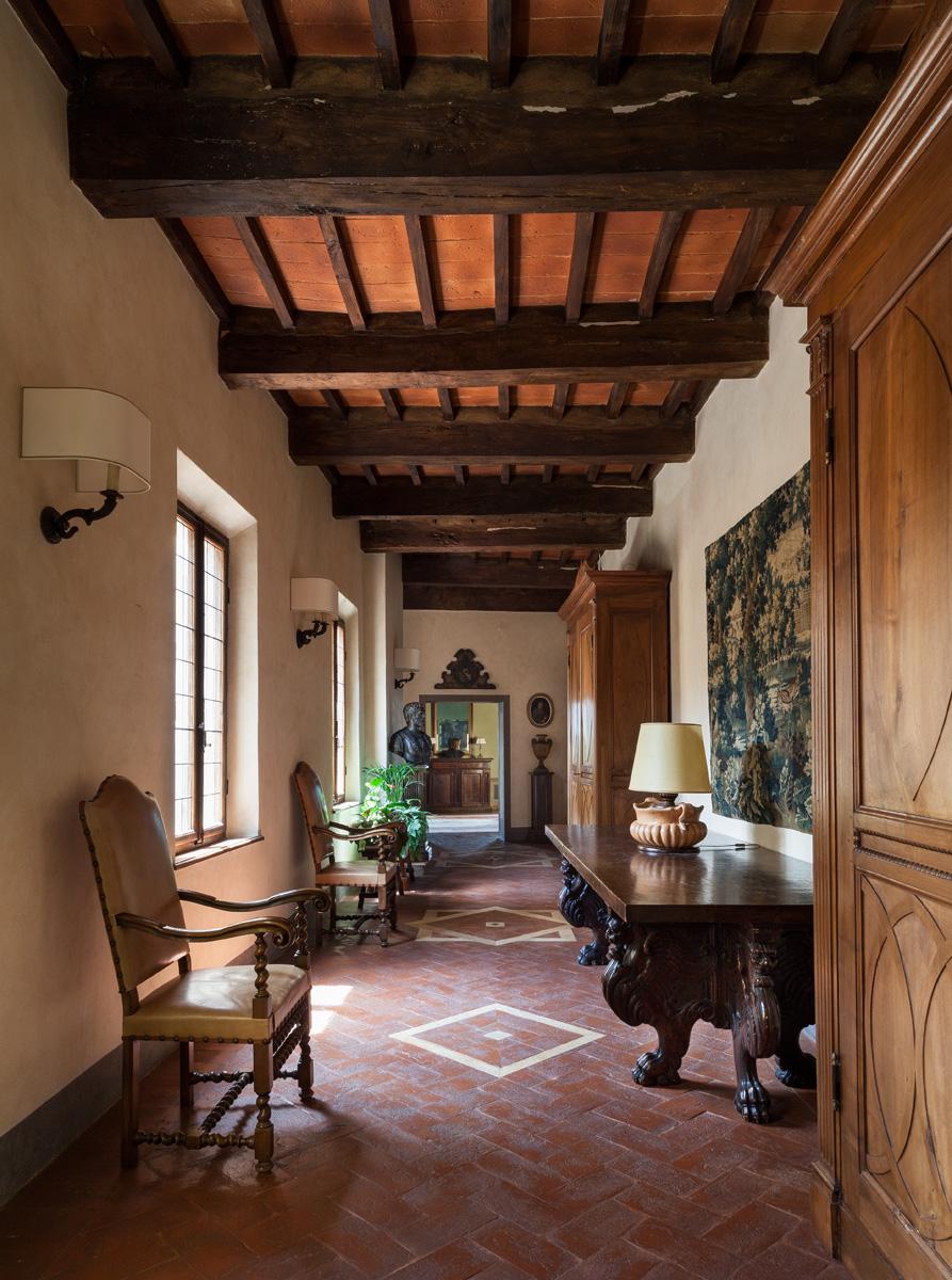 Обходная галерея на втором этаже. Сюда выходят двери гостиной, столовой и хозяйских спален. Существующую антикварную мебель по-новому расставили, недостающие предметы купили на местных блошиных рынках.