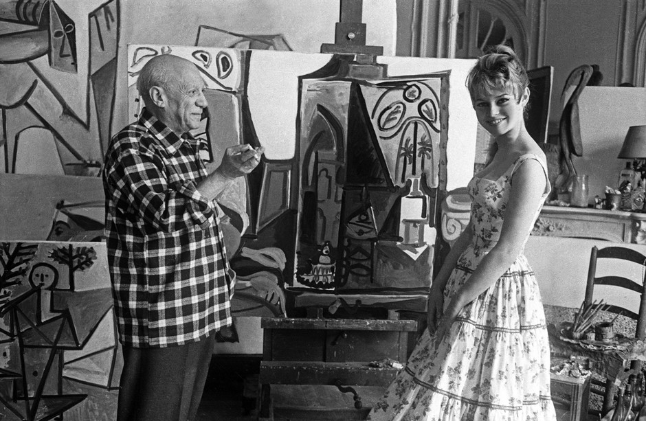 Брижит Бардо в гостях у Пабло Пикассо в Каннах, 1956