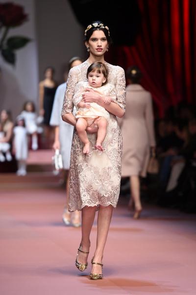 Дочки-матери: Dolce & Gabbana представили семейную коллекцию на Неделе моды в Милане | галерея [2] фото [21]