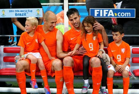 Арьен Роббен и Робин ван Перси с детьми