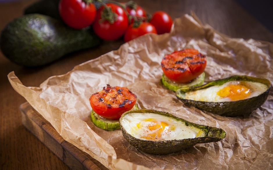 Авокадо с яйцом и тосты с лососем