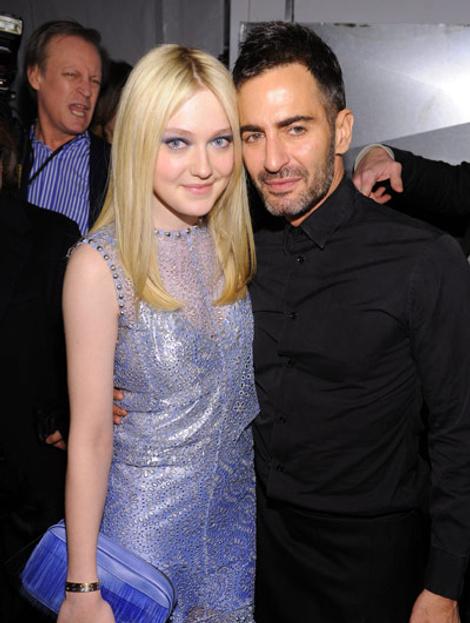 Дакота Фаннинг и дизайнер Марк Джейкобс на показе Marc Jacobs
