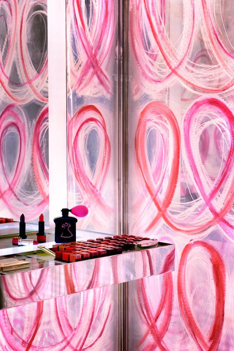 К 100-летию парижского бутика Guerlain его интерьеры обновил дизайнер Питер Марино. Туалетную комнату он украсил ярким узором, нарисованным губной помадой.