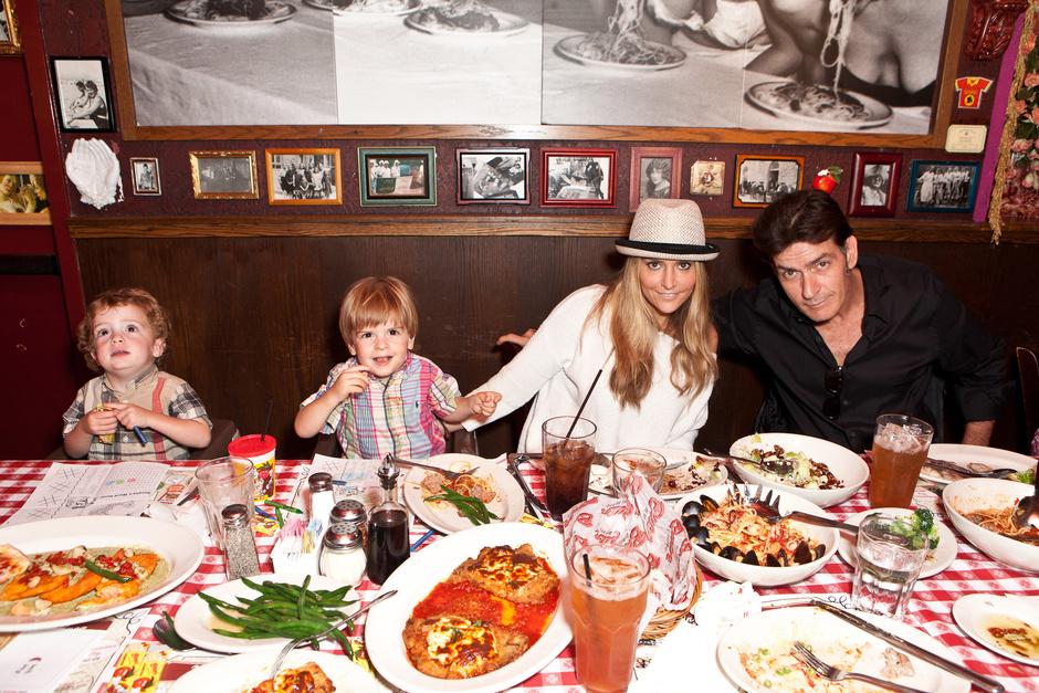 Брук Мюллер и Чарли Шин с сыновьями