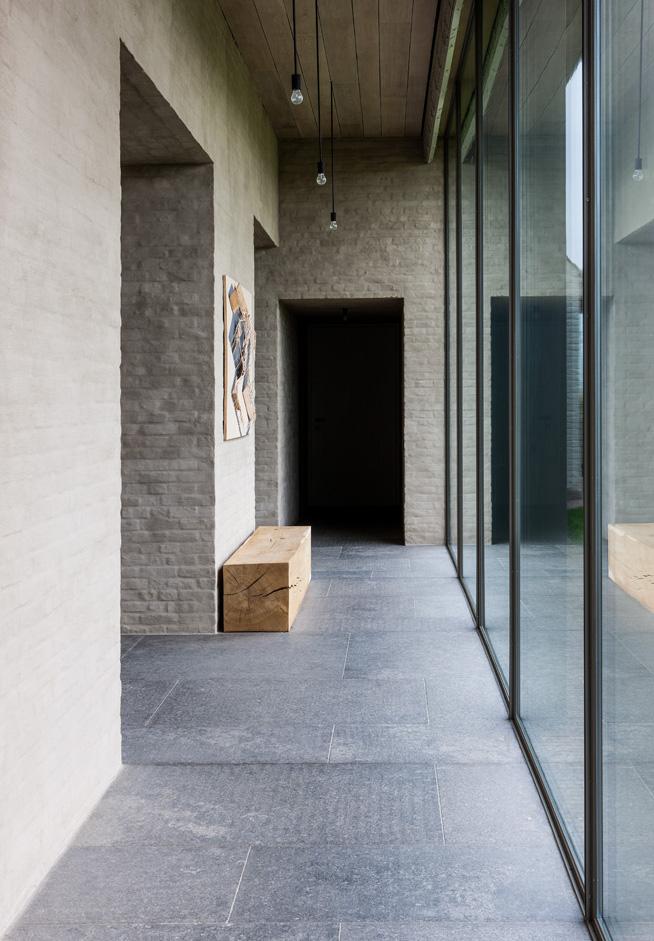 Прихожая представляет собой застек-ленный атриум. Панорамные окна можно закрыть деревянными жалюзи.