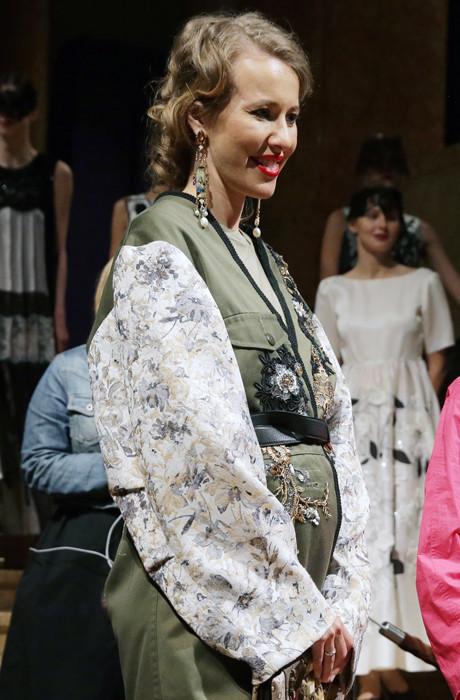 Ксения Собчак перестала скрывать округлившийся живот