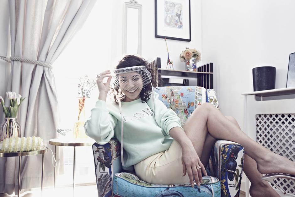 Cвитшот, Christopher Kane; юбка, Miu Miu; украшение для волос, Silver Spoon Attire