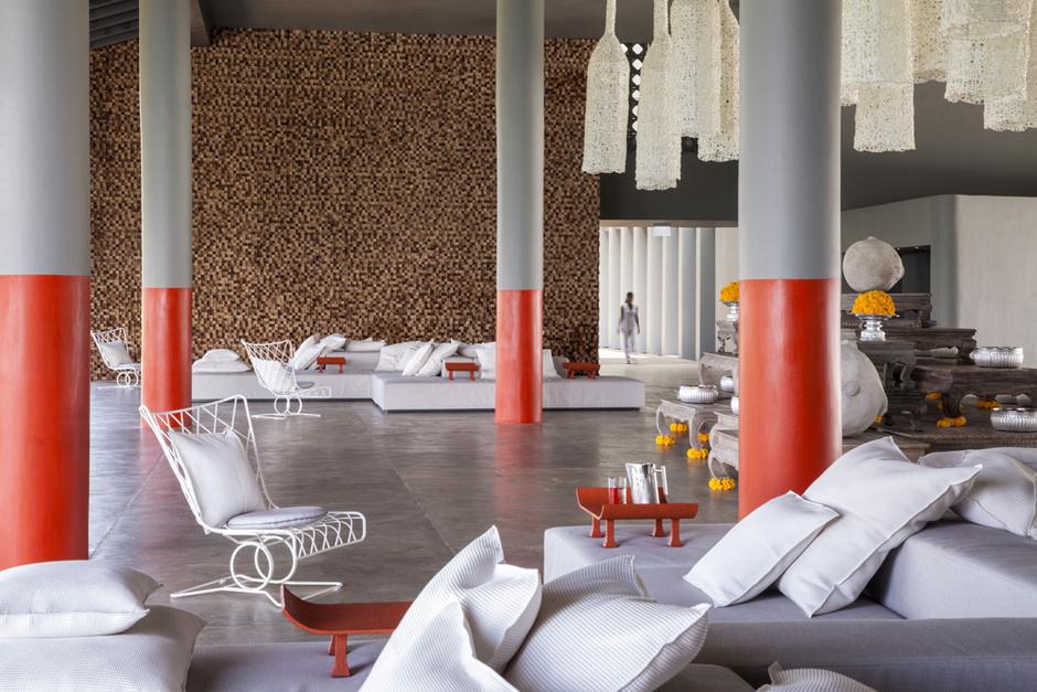 Холл отеля украшает «пиксельное» панно из деревянных брусков. Кресла, дизайн Паолы Навоне для Gervasoni.