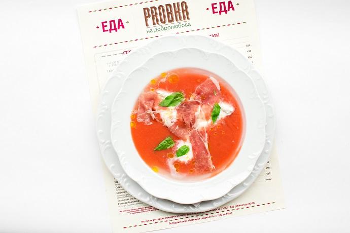 Холодный суп с томатами, бурратой и пармской ветчиной
