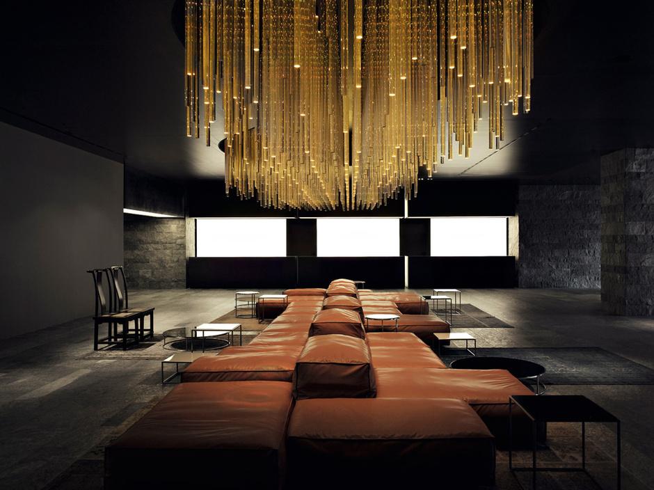 Входная зона казино: диваны Extrasoft, Living Divani, гигантский светильник из поликарбоната сделан на заказ. Полы облицованы зеленым альпийским мрамором.