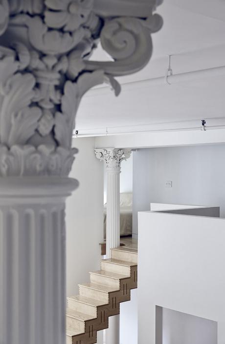 Металлические колонны и деревянная лестница сохранились с момента постройки.