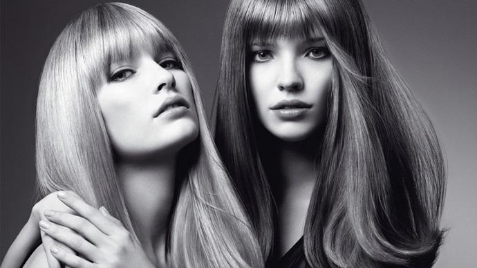 Прямые волосы лучше отражают свет, поэтому всегда блестят