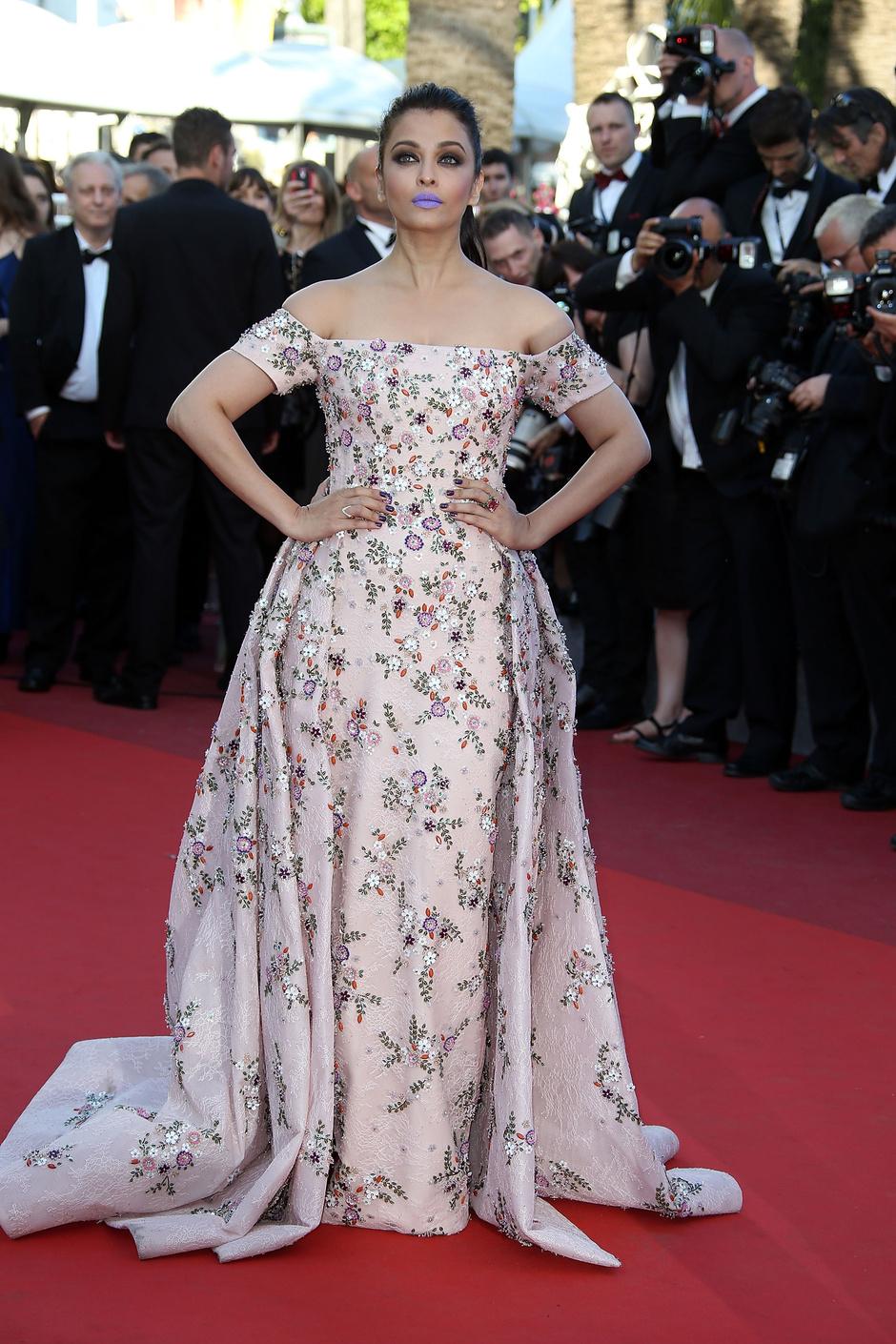 Айшвария Рай появилась на красной дорожке Каннского кинофестиваля с сиреневыми губами