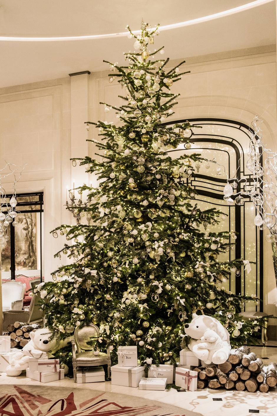 Рождественская елка Dior в парижском отеле Plaza Athenee