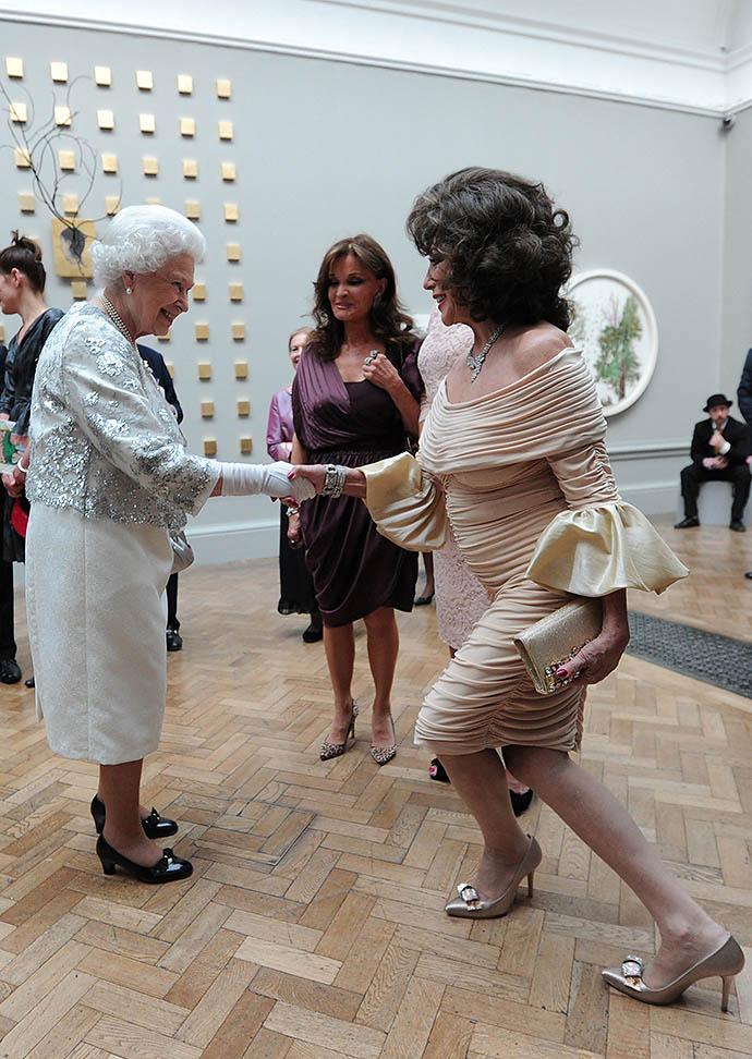 Джуан Коллинз на приеме у Елизаветы II, 2012 год