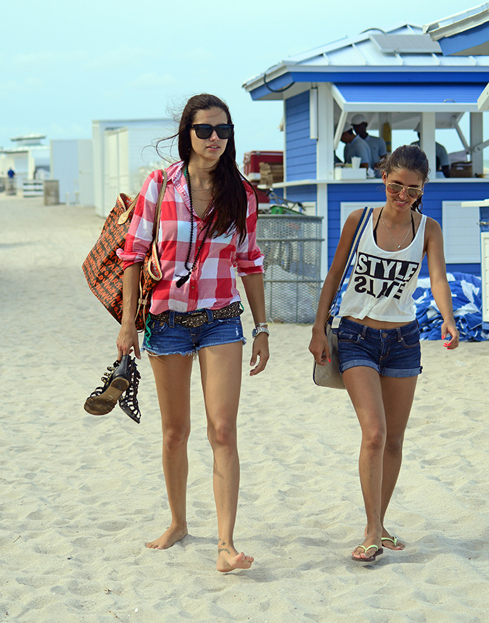 Адриана Лима с подругой фото