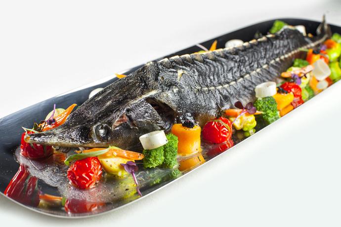 Стерлядь запеченная с овощами