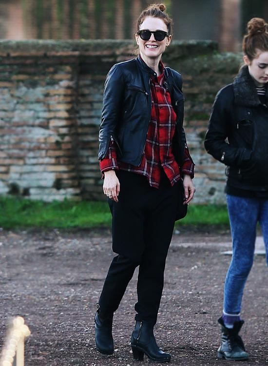 Джулианна Мур на прогулке в Риме, 23 декабря 2014