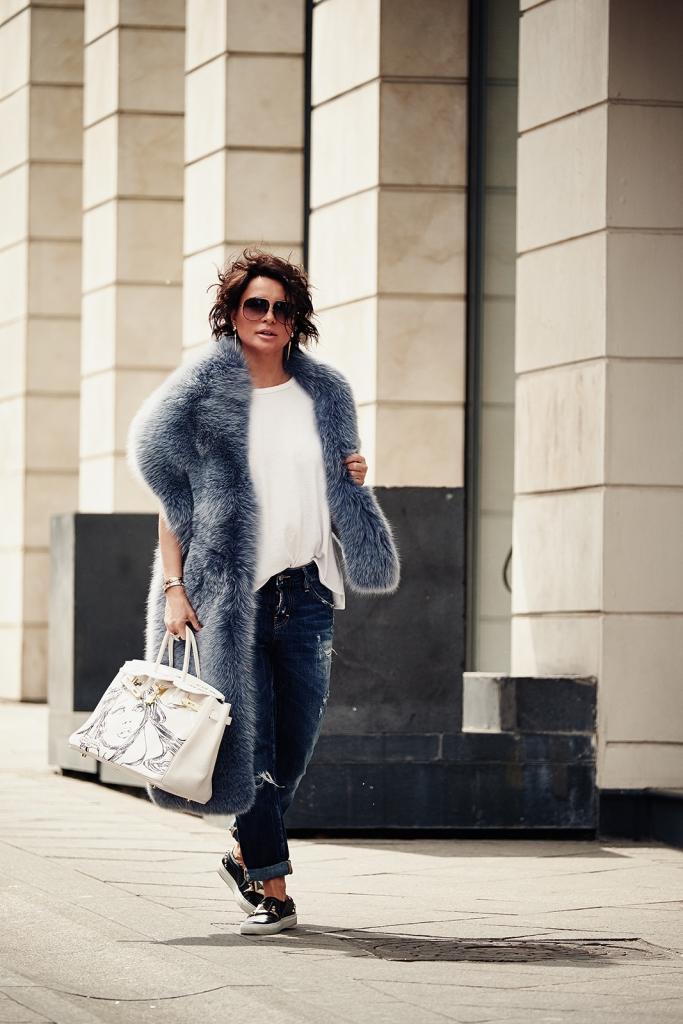 """Футболка Rag&Bone, джинсы Dsquared, слипоны Givenchy, палантин из крашеного песца """"Меха Екатерина"""", очки Victoria Beckham, сумка Hermes Birkin по индивидуальному заказу"""