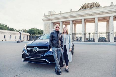 Льюис Хэмиллтон и Лена Перминова прогулялись по Москве | галерея [1] фото [4]